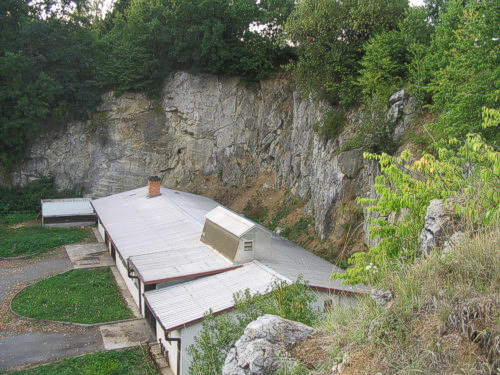 Po asi 4km odbočíte v obci Černotín doleva a u cedule konec Černotín a  začátek Hluzova odbočíte opět doleva. Parkovat lze přímo u skal. 7d83ef8a203