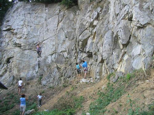 Majitel souhlasil s provozováním lezecké činnosti na vlastní nebezpečí.  První pokusy o lezeni zde podnikl v 80.letech S. Miloš-Pim 6b66f7e996c