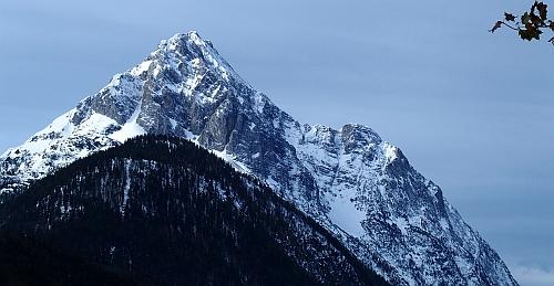 ... a tak zde je celkem dost cest i pro lezecké bouchače. Zejména sektor  Hauptwand (Main) s nejtěžší cestou v převislém a kompaktním vápně  Dschungelfieber 17c7db621ab
